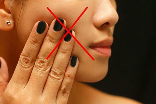 Hạn chế sờ tay lên mặt vì có thể khiến chỗ điều trị đó nhiễm vi khuẩn